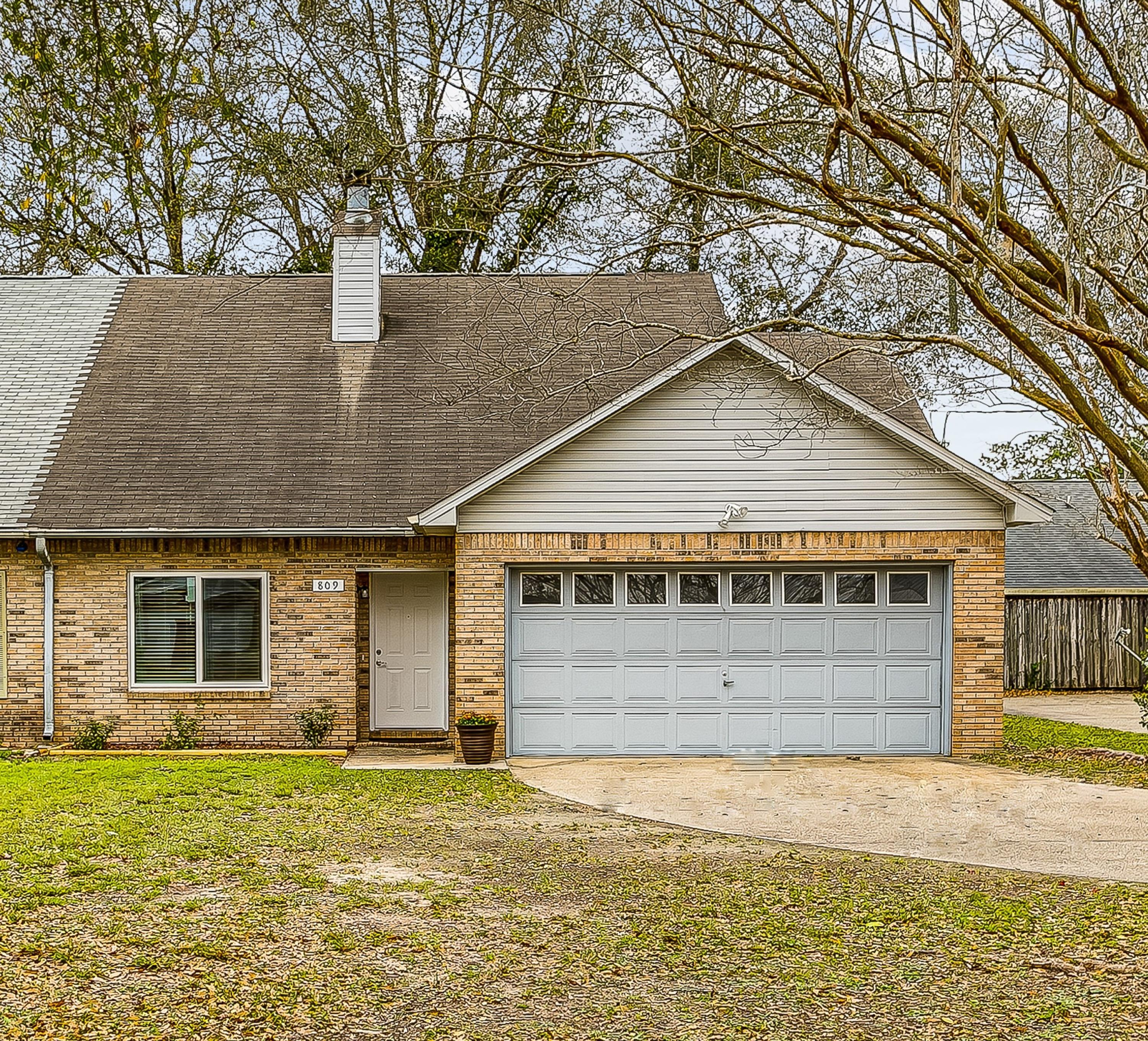 Photo of home for sale at 809 Valley, Crestview FL