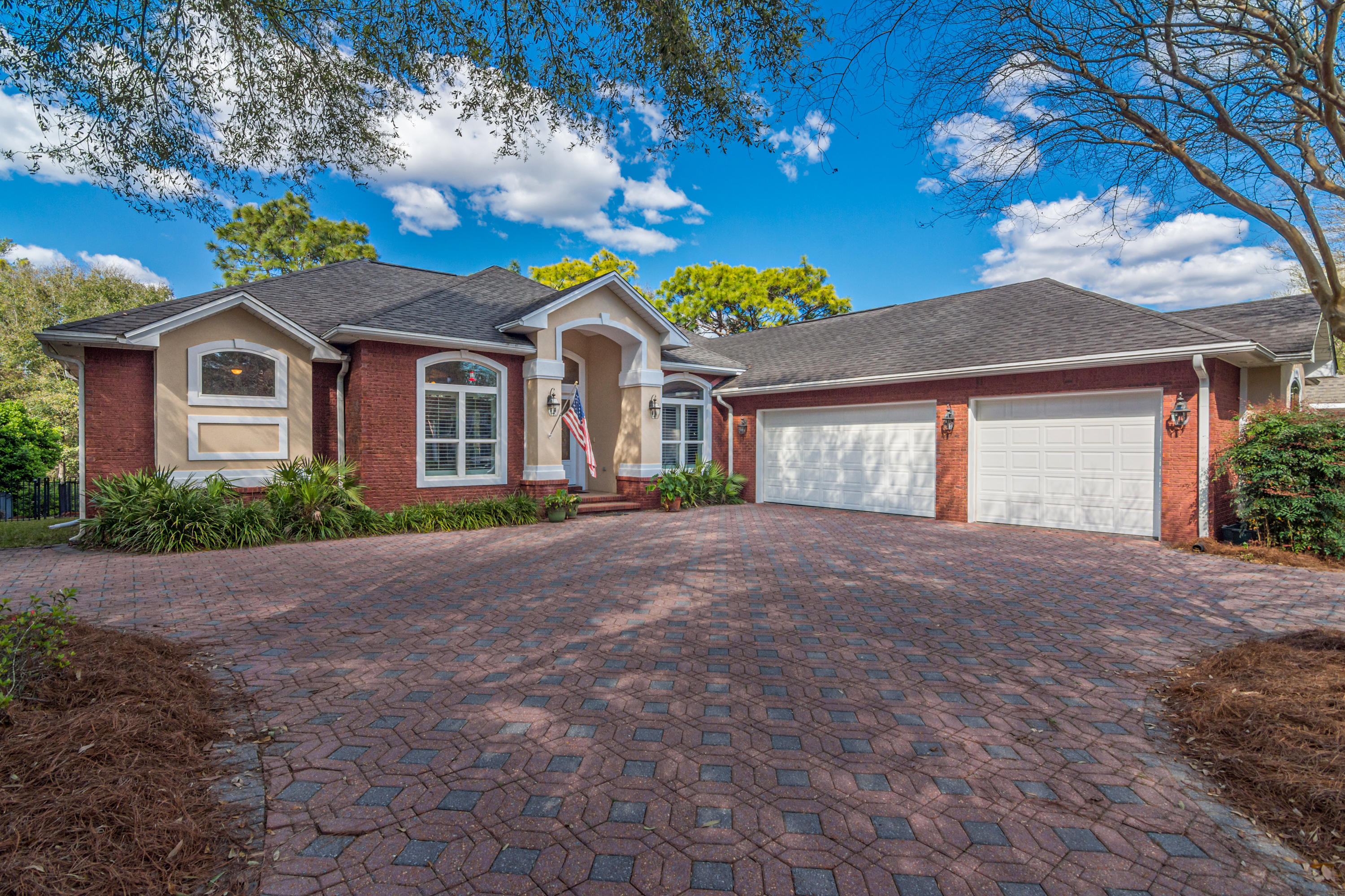 Photo of home for sale at 707 Mullet Creek Run, Niceville FL