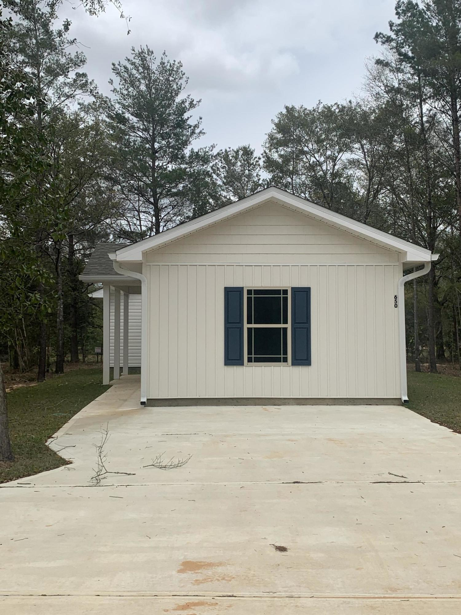 Photo of home for sale at 640 Cypress, Defuniak Springs FL