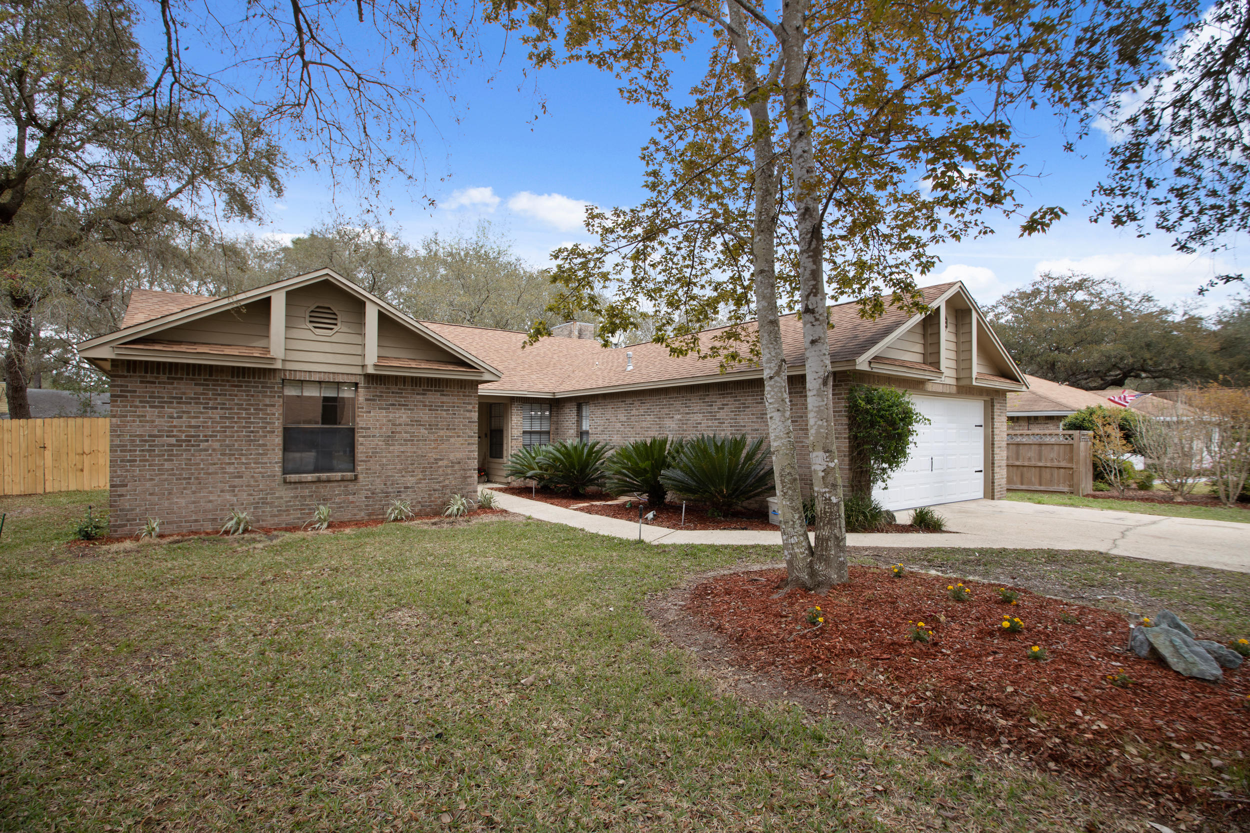 Photo of home for sale at 1257 Whitewood, Niceville FL