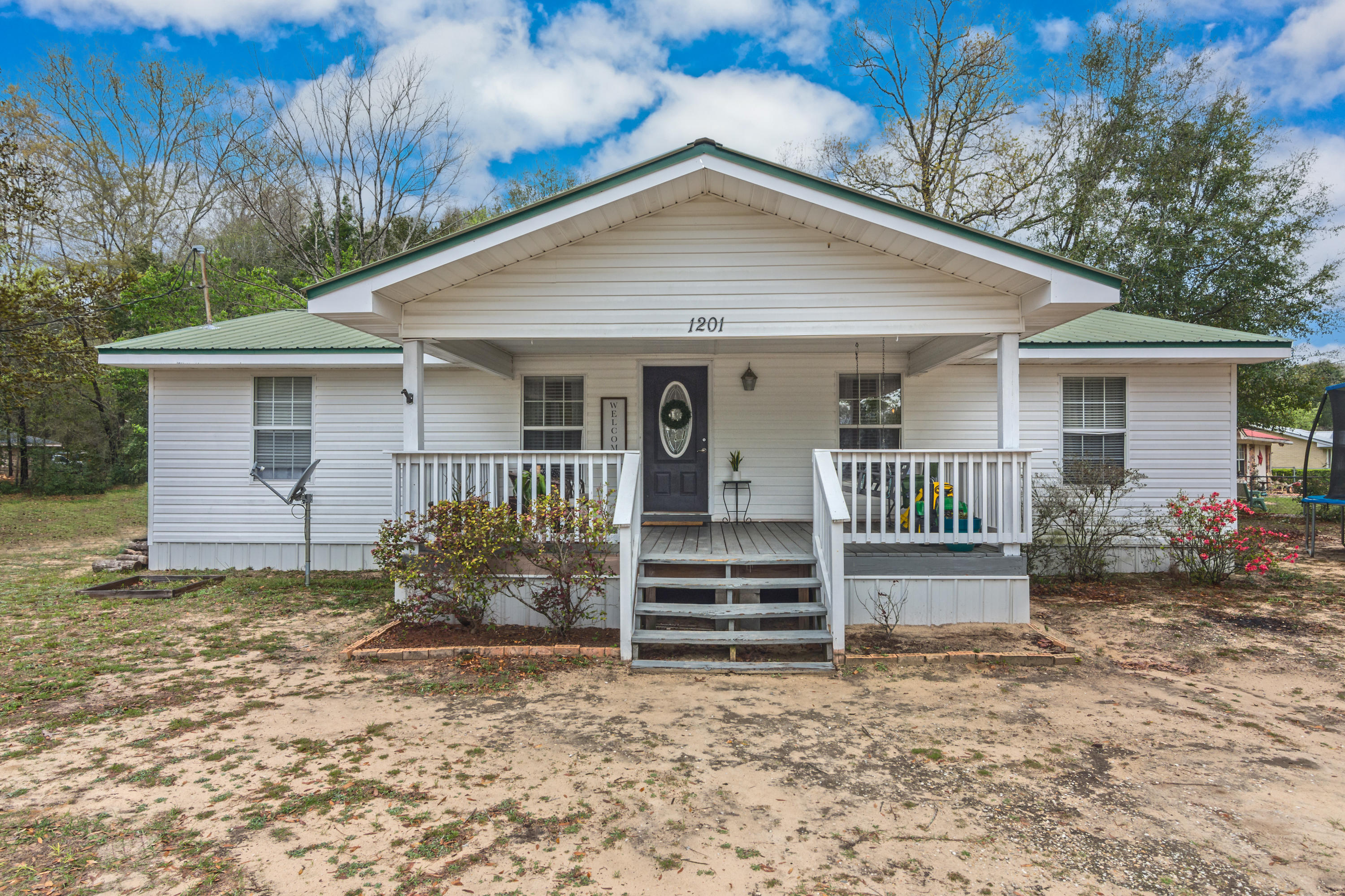 Photo of home for sale at 1201 Sunshine, Crestview FL