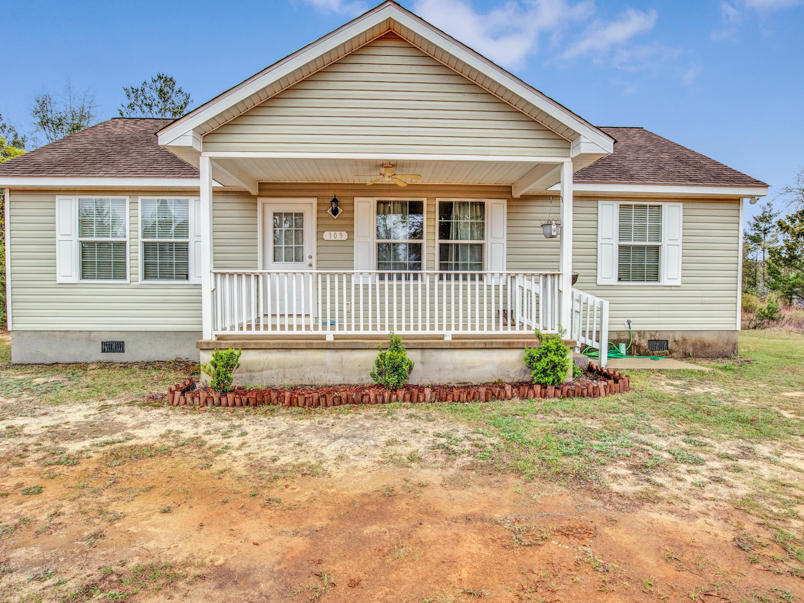 Photo of home for sale at 109 Royal Palm, Defuniak Springs FL