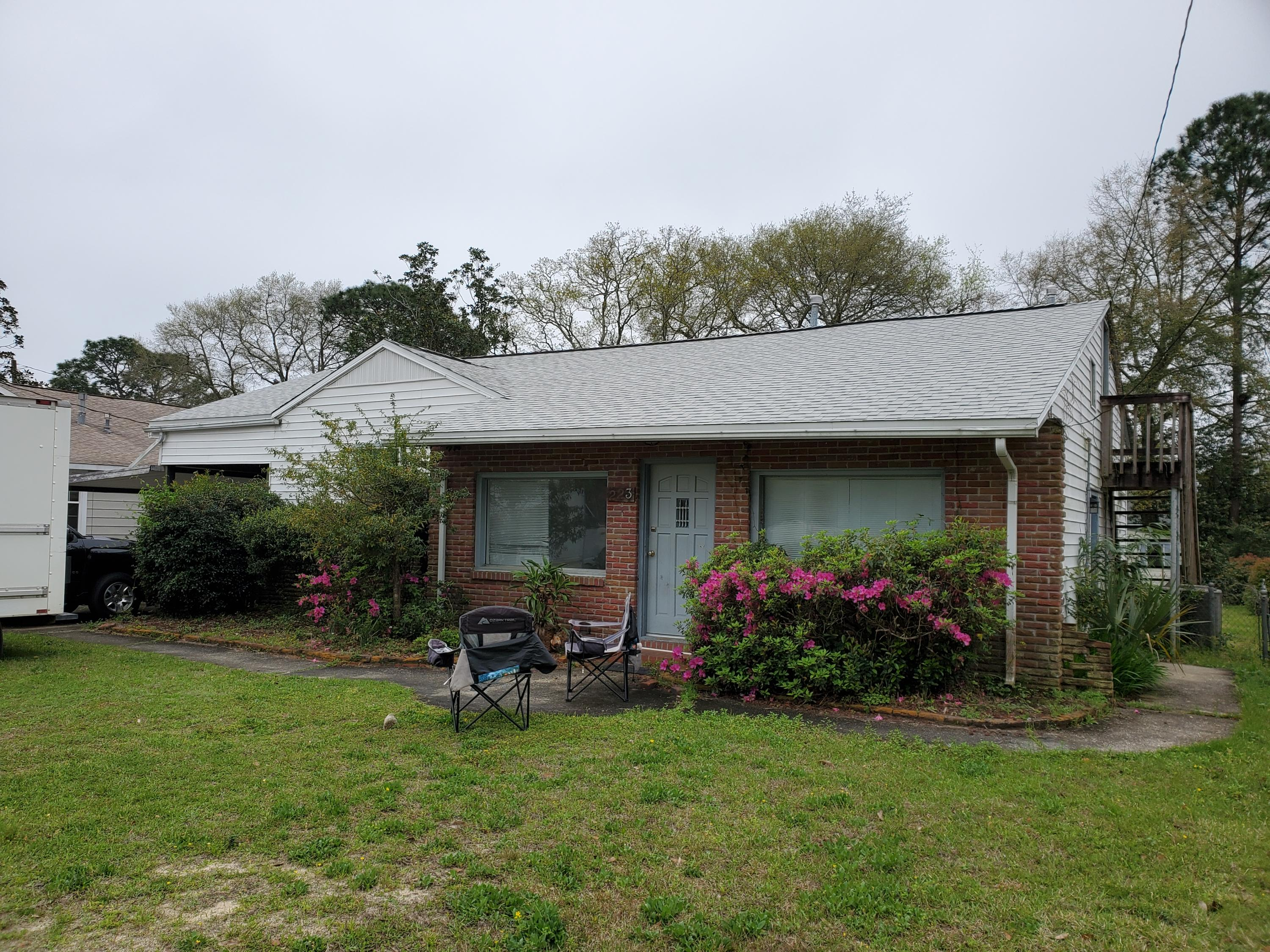 Photo of home for sale at 223 Chicago, Valparaiso FL