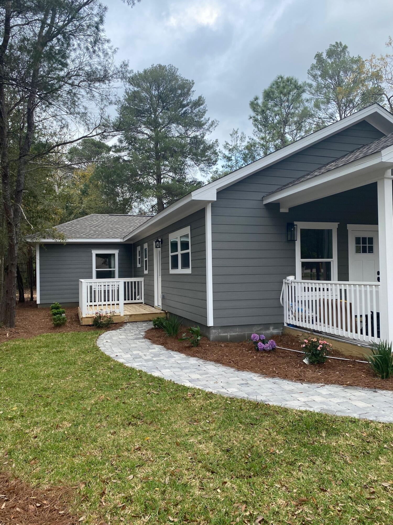 Photo of home for sale at 575 Roberts, Defuniak Springs FL