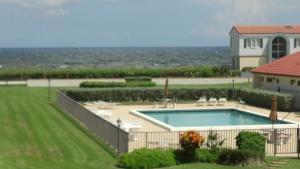 共管式独立产权公寓 为 出租 在 5801 N Ocean Boulevard 5801 N Ocean Boulevard 博因顿海滩, 佛罗里达州 33435 美国