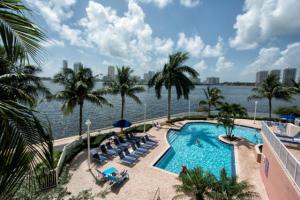 Co-op / Condominio por un Venta en 3370 NE 190 Street Aventura, Florida 33180 Estados Unidos