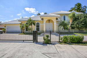 Maison unifamiliale pour l Vente à 2615 N Federal Highway 2615 N Federal Highway Lake Worth, Florida 33460 États-Unis