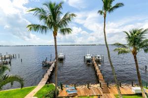 Casa para uma família para Venda às 766 NE River Terrace 766 NE River Terrace Jensen Beach, Florida 34957 Estados Unidos