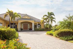 独户住宅 为 销售 在 939 W Polo Grounds Drive 939 W Polo Grounds Drive 维罗海滩, 佛罗里达州 32966 美国