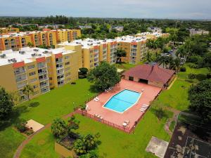 共管式独立产权公寓 为 出租 在 CORAL GATE EAST CONDO, 6960 Miami Gardens Drive 6960 Miami Gardens Drive Hialeah, 佛罗里达州 33015 美国