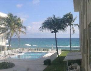 Condominio por un Alquiler en GULFSTREAM SHORES, 3851 N Ocean Boulevard 3851 N Ocean Boulevard Gulf Stream, Florida 33483 Estados Unidos