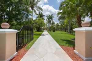 6044 Homeland Road Wellington, FL 33449