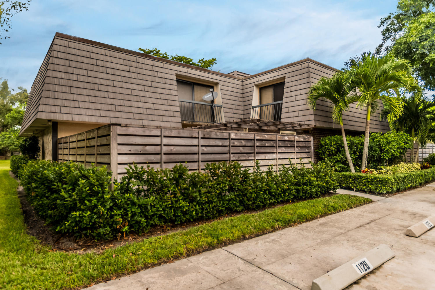 Photo of home for sale at 1132 11Th Terrace, Palm Beach Gardens FL
