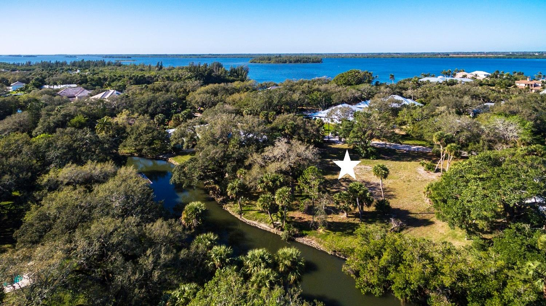 Photo of home for sale at 1516 Camino Del Rio E, Vero Beach FL