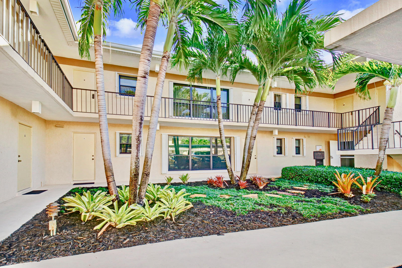 2 Turtle Creek Drive E, Jupiter, Florida 33469, 3 Bedrooms Bedrooms, ,2.1 BathroomsBathrooms,A,Condominium,Turtle Creek,RX-10476783