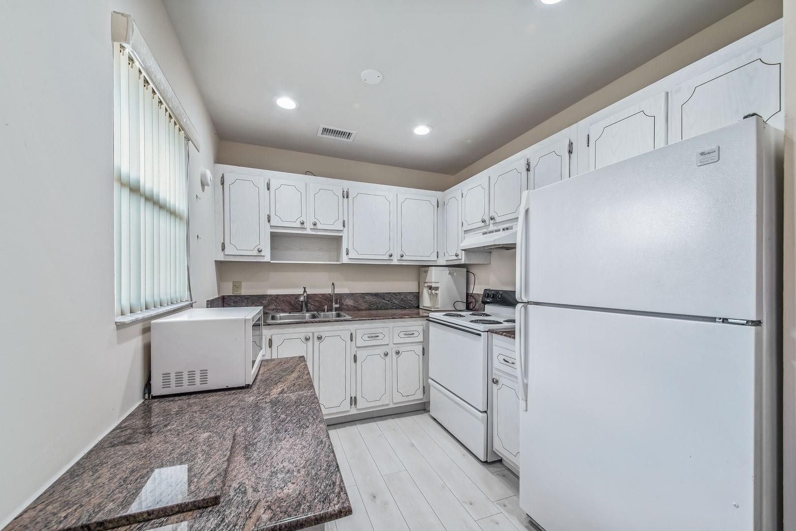 229 Saxony E Delray Beach, FL 33446 photo 9