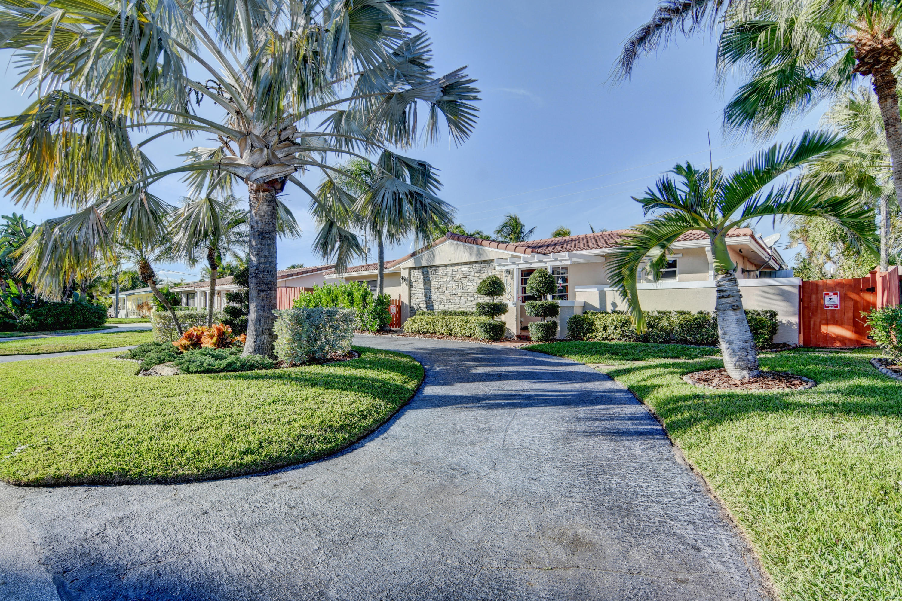 Photo of home for sale at 2001 33 Street NE, Lighthouse Point FL