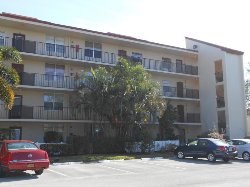 27 Abbey Lane 204  Delray Beach, FL 33446
