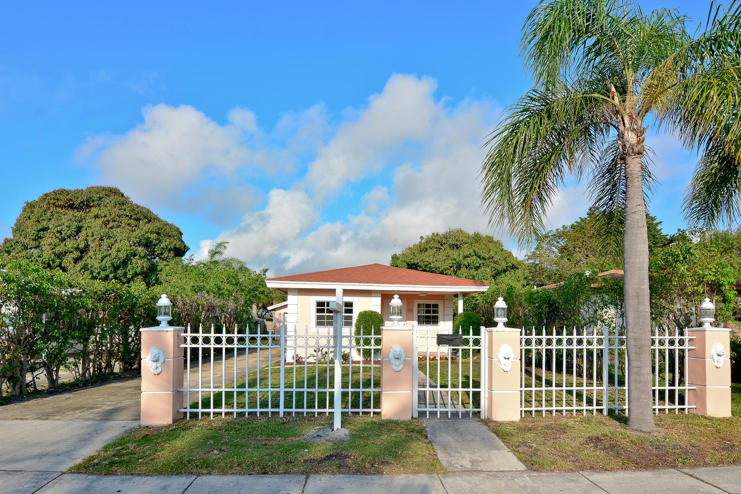Photo of home for sale at 38 8th Avenue SW, Delray Beach FL