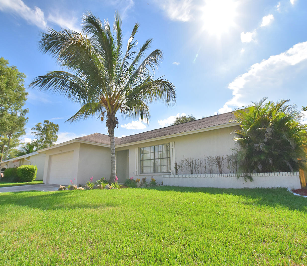 Photo of home for sale at 174 Parkwood Drive, Royal Palm Beach FL