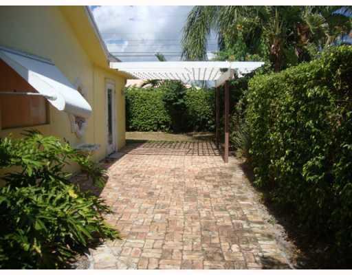 2911 NE 39th LHP - Side Garden View
