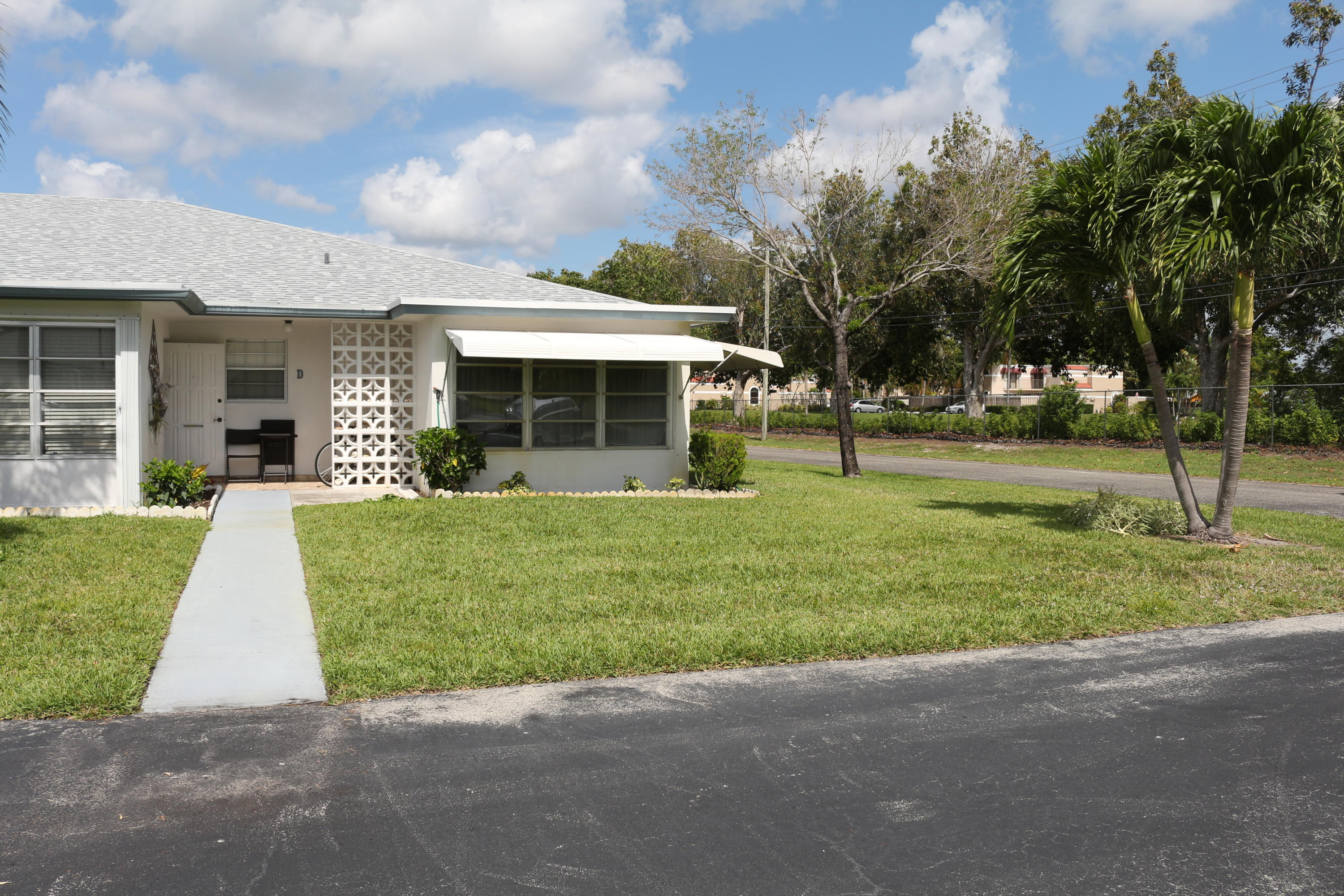 A 2-BR, 2-BA villa with outside open patio, within a cul-de-sac.  Updated, tile, wood-laminate, carpeted flooring.  Neutral colors and accents.  Within approixmately 3.5 miles to trendy downtown Delray Beach, white 2 mile strip of white sand beach and The Atlantic Ocean Shoreline.