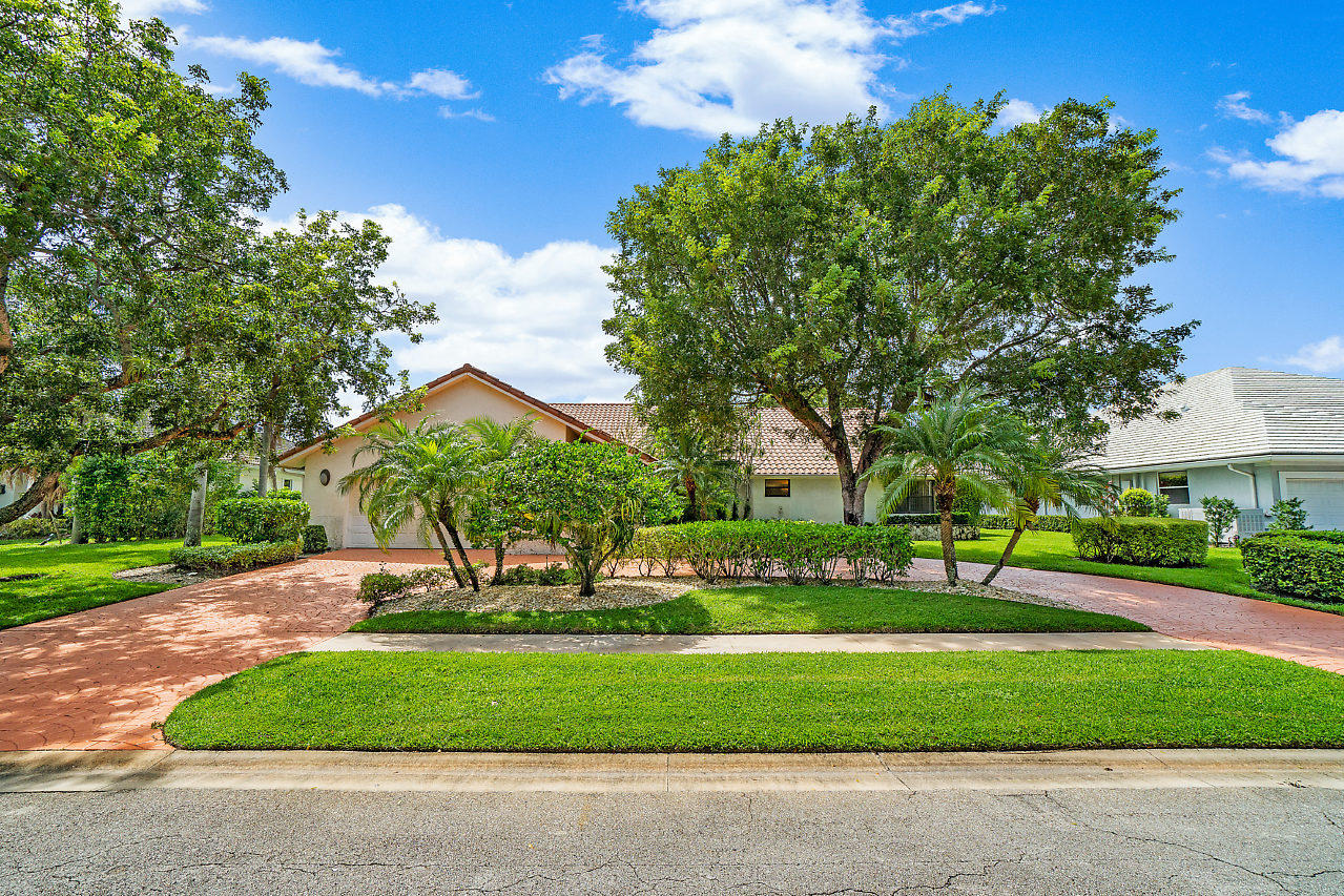 ENDLESS POSSIBILITES, 2 BEDROOM 3 1/2 BATH WITH DEN AND OFFICE.   DEN CAN EASILY BE CONVERTED TO A 3RD BEDROOM, OFFICE  CAN BE CONVERTED TO A POOL OR GUEST HOUSE. LARGE OPEN EAT-IN KITCHEN,  HUGE BACKYARD ON THE 4TH HOLE.  BEST VALUE IN BOCAIRE!