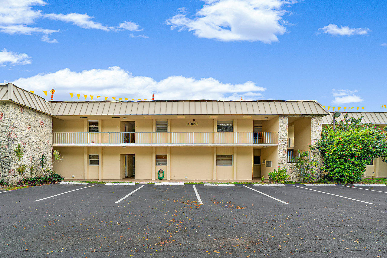 Photo of home for sale at 10693 Military Trail N, Palm Beach Gardens FL
