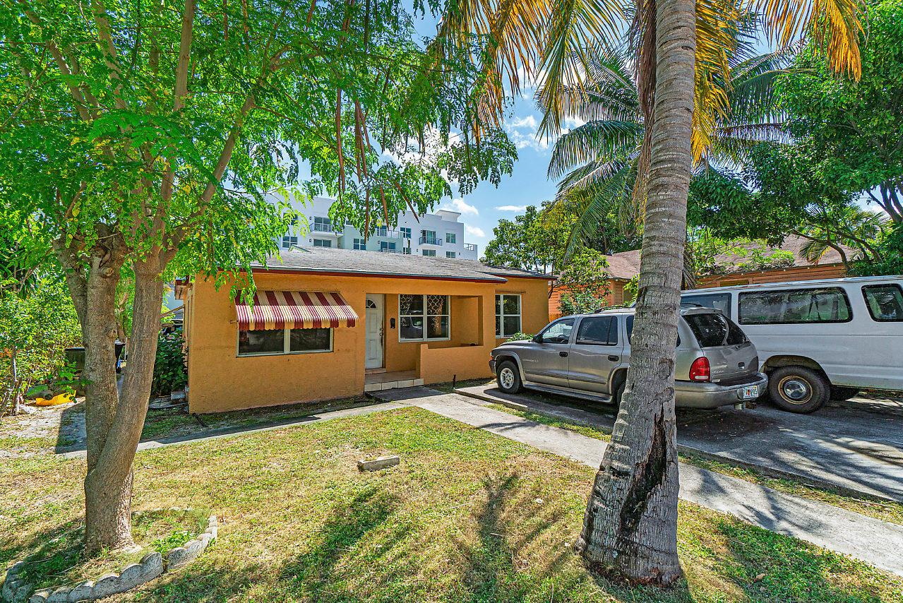 Photo of home for sale at 237 4th Avenue SE, Delray Beach FL