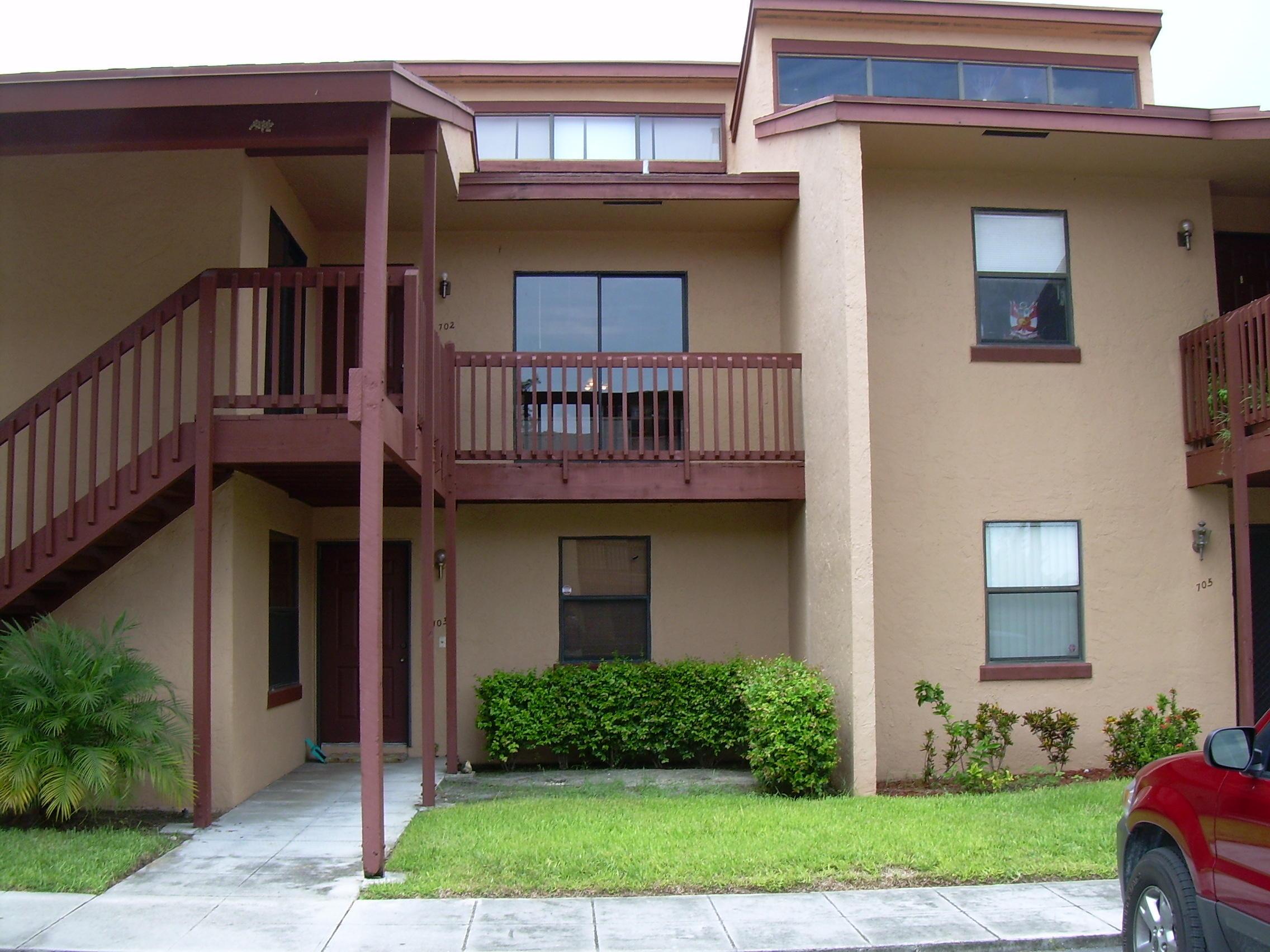 702 E Lakeview Drive Royal Palm Beach, FL 33411