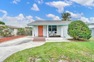 BUYER MAY BE ELIGIBLE FOR CASH GRANT UP TO 4% OF PURCHASE PRICE.  THIS IS A TRUE GRANT, NOT A 2ND MORTGAGE., AND DOESNT HAVE TO BE PAID BACK. MUST BE PRIMARY RESIDENCE. DOES NOT HAVE TO BE FIRST TIME BUYER. OLD FLORIDA CHARM MEETS CONCRETE BLOCK! NO HOA NO RESTRICTIONS, QUIET FRIENDLY NEIGHBORHOOD OF WELL KEPT HOMES. EAST OF I95. GENUINE HARDWOOD FLOORS IN BEDROOMS & LIVINGROOM, LARGE NEUTRAL TILES IN KITCHEN & SCREENED PORCH. BONUS ROOM W LAUNDRY & NEW WATER HEATER; 2014 RUUD  AC (10 YR WARRANTY, EASILY SUPPORTS AN ADDITION). CEDAR CLOSETS, DBL PANE WINDOWS. BEAUTIFUL KITCHEN WITH NEW SS APPLIANCES. PERFECT STARTER, VACATION OR RENTAL HOME. 5 MINUTES TO THE ICW, 7 MINUTES TO THE BEACH, 14 MINUTES TO PBI! STEP OUTSIDE FOR THE BEST RESTAURANTS, NIGHTLIFE, GOLF, BOAT