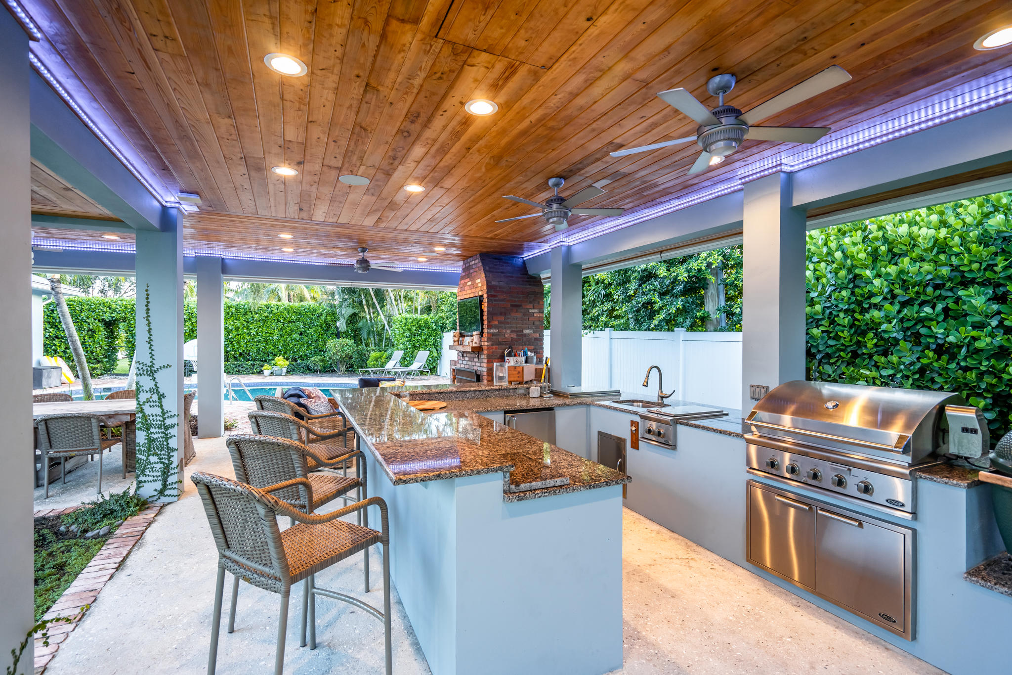 Outdoor kitchen w/ oversized bar area 3