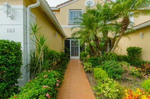 12422  Crystal Pointe Drive 101 For Sale 10655485, FL