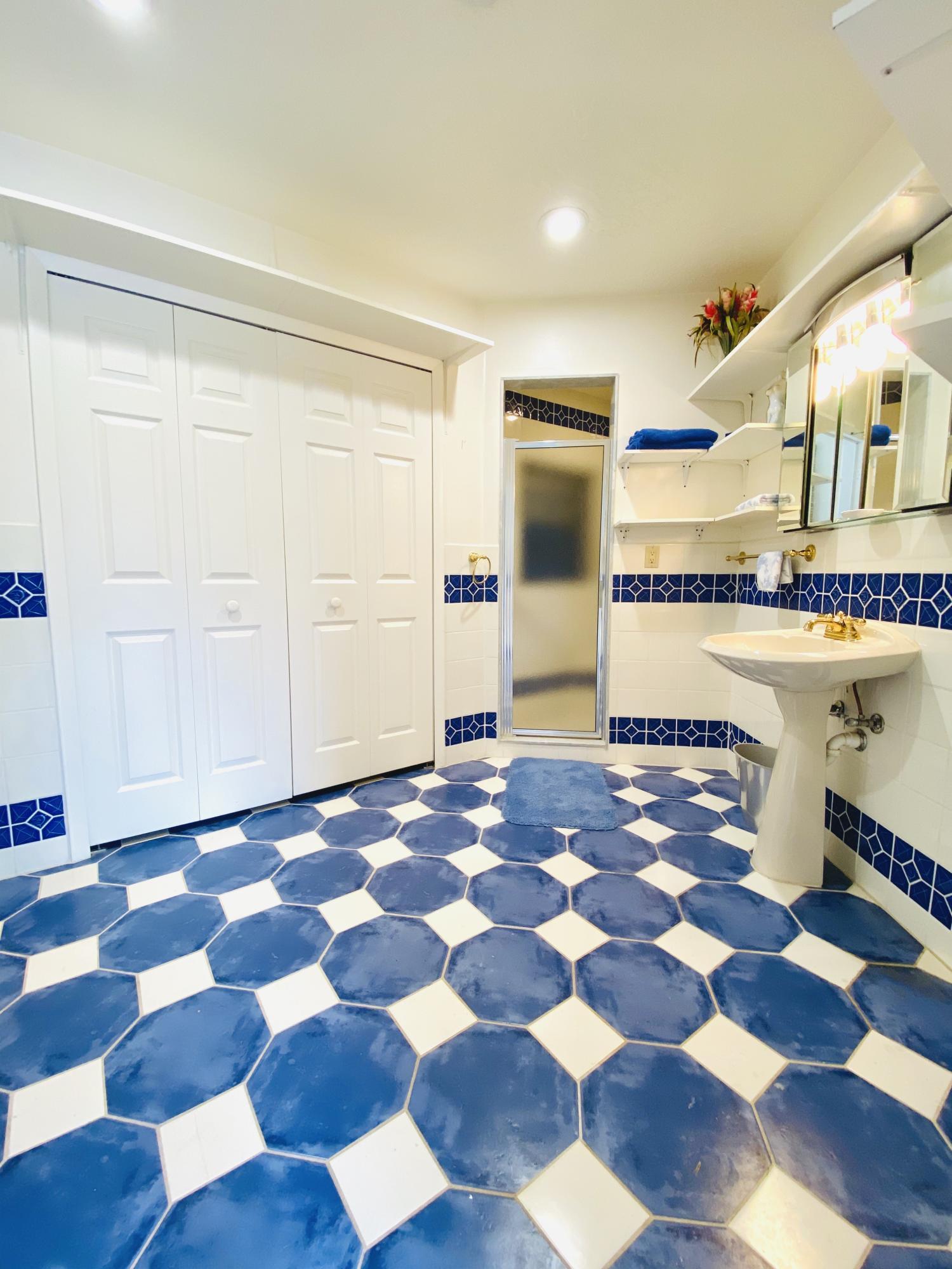 POOL HOUSE FULL BATH