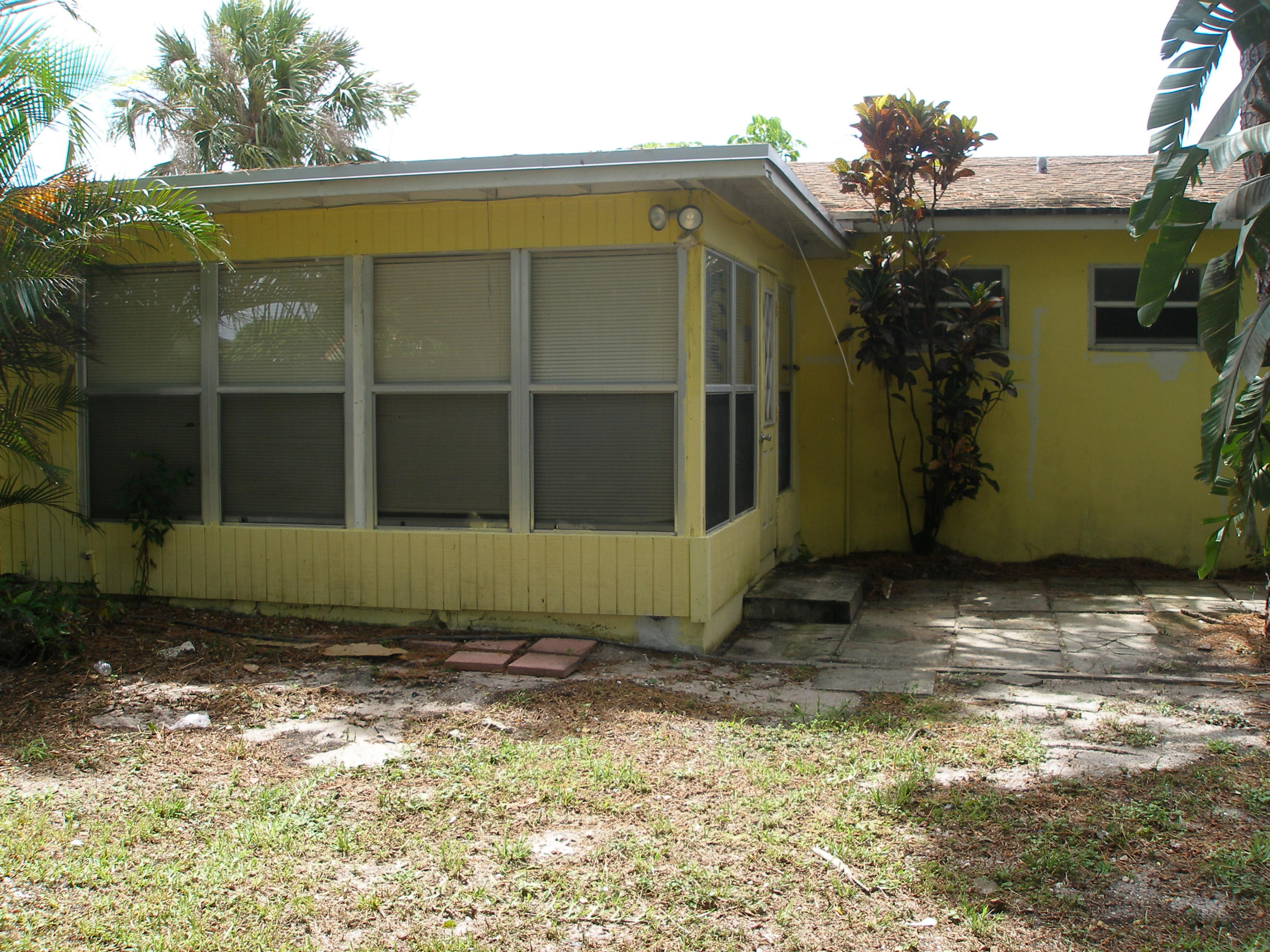 view back of home to Florida room