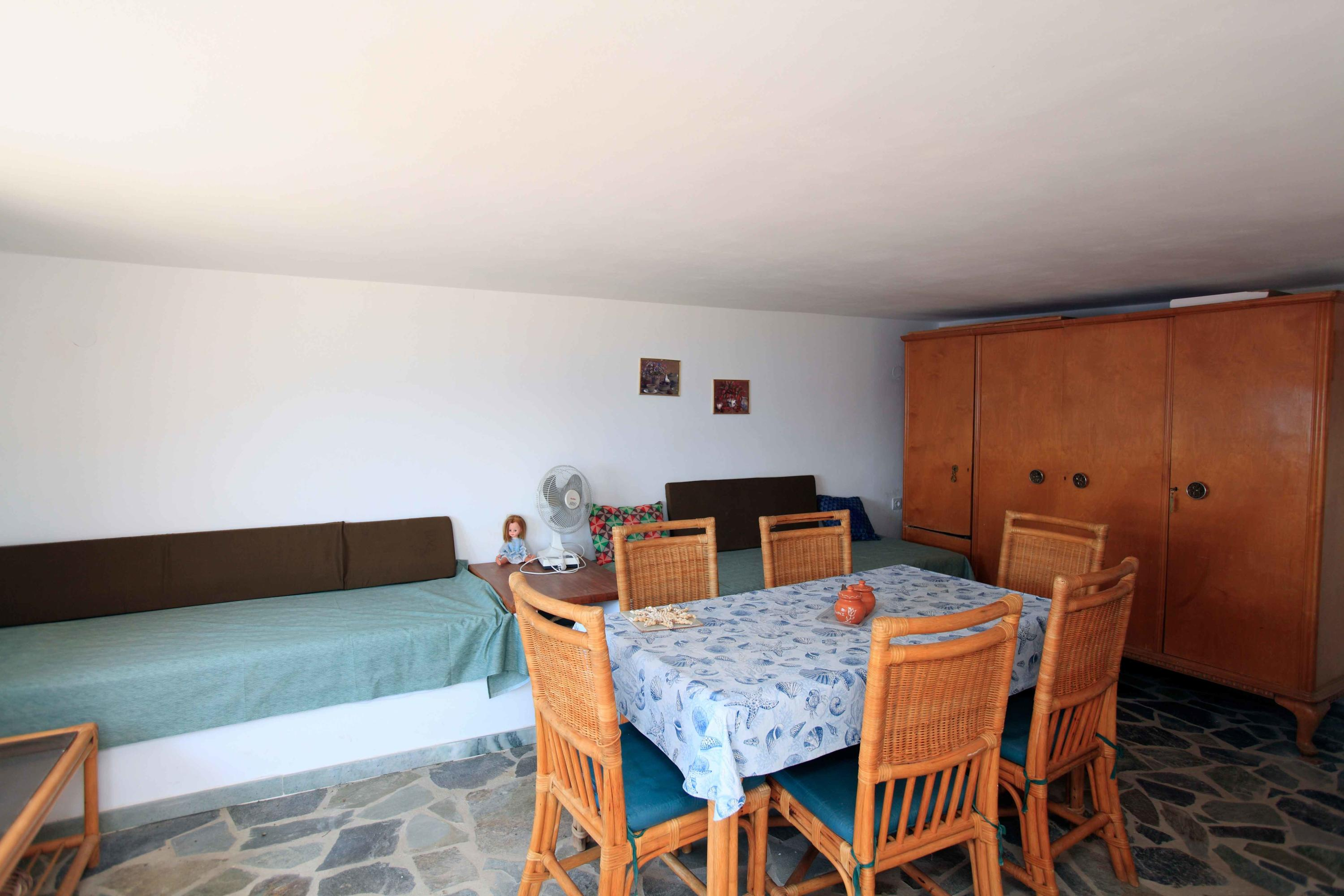 Efficiency Apt. with 2 single beds and A