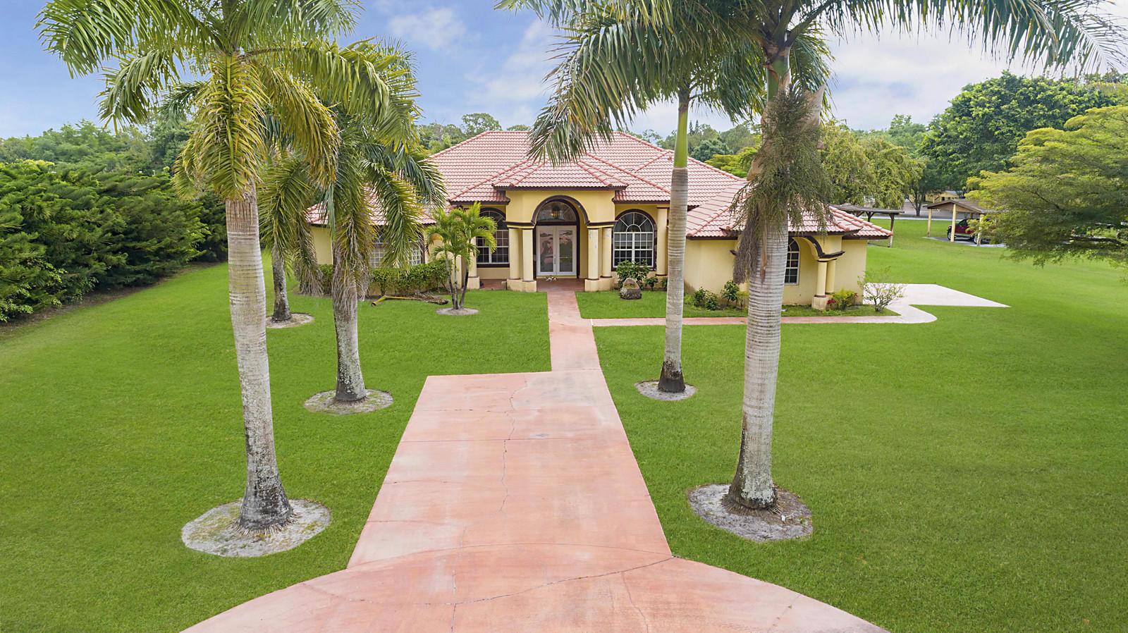5 Acres 4/3.1 home w/cottage