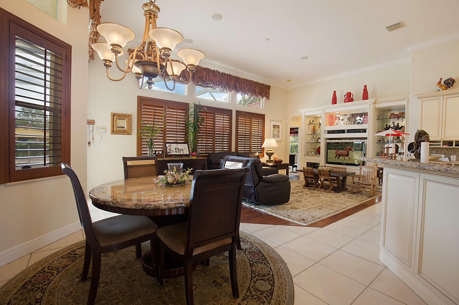 EAT IN KITCHEN/ FAMILY ROOM