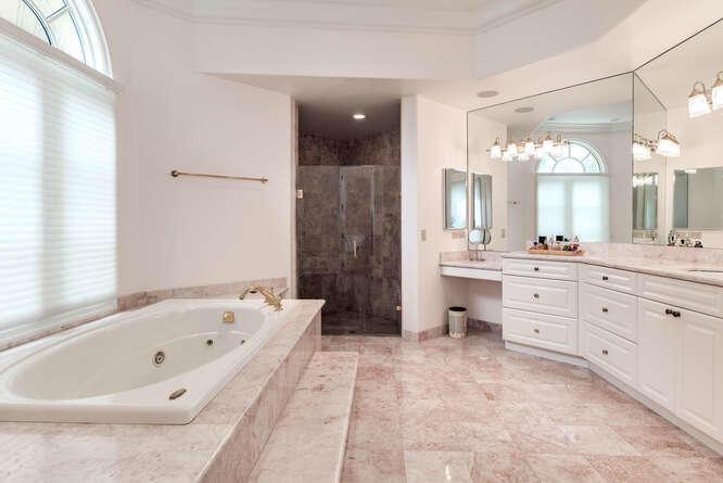 Master Bath (Her's)