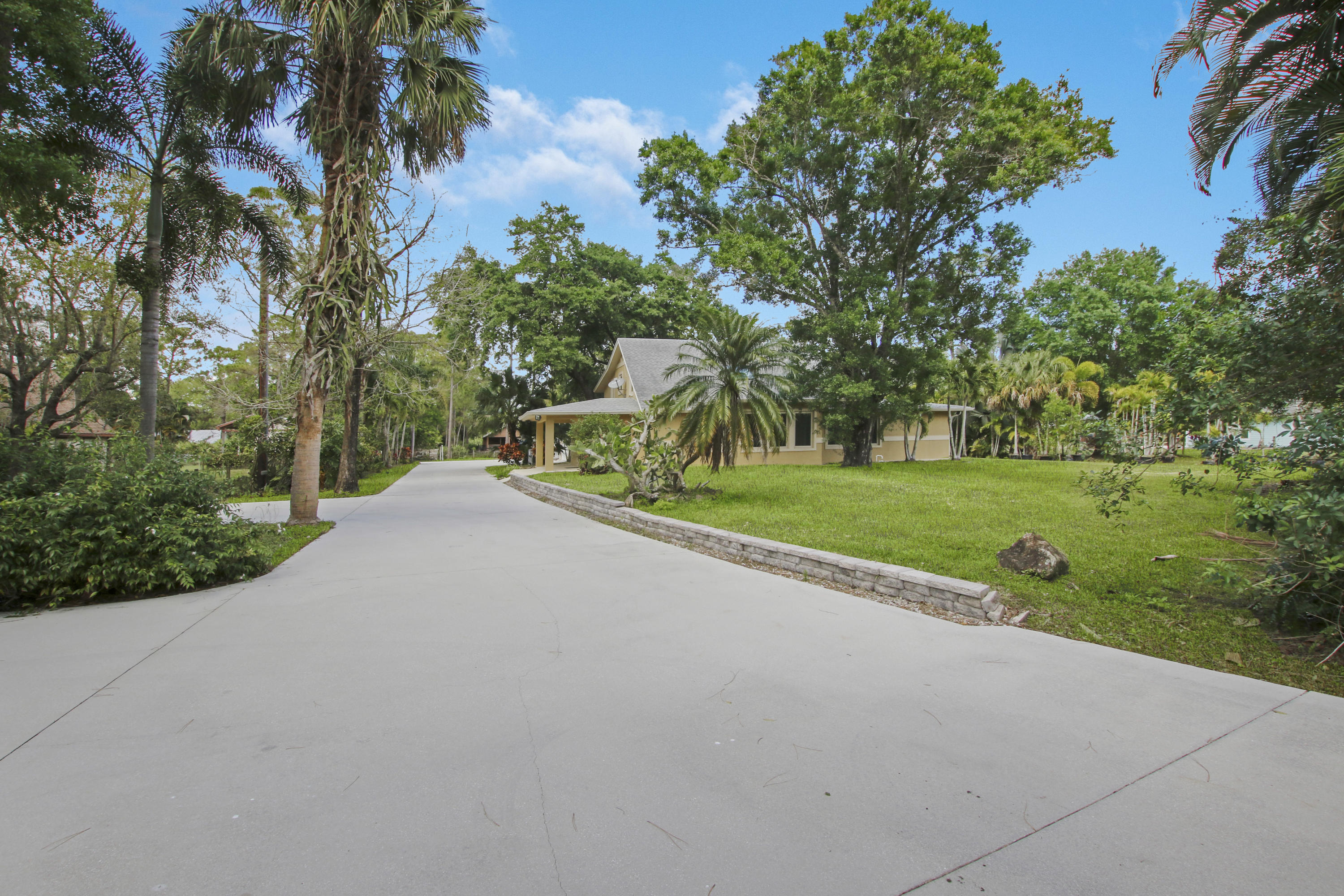 EXTERIOR DRIVEWAY TO FRONT