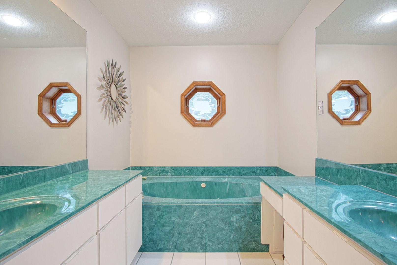 JACUZZI TUB & SEPARATE SHOWER