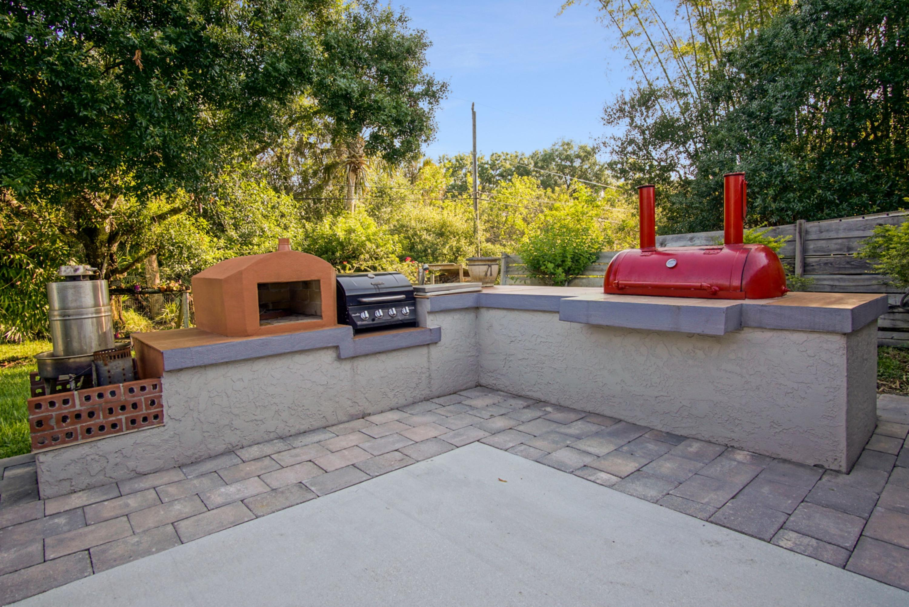 OUTDOOR BBQ & PIZZA OVEN
