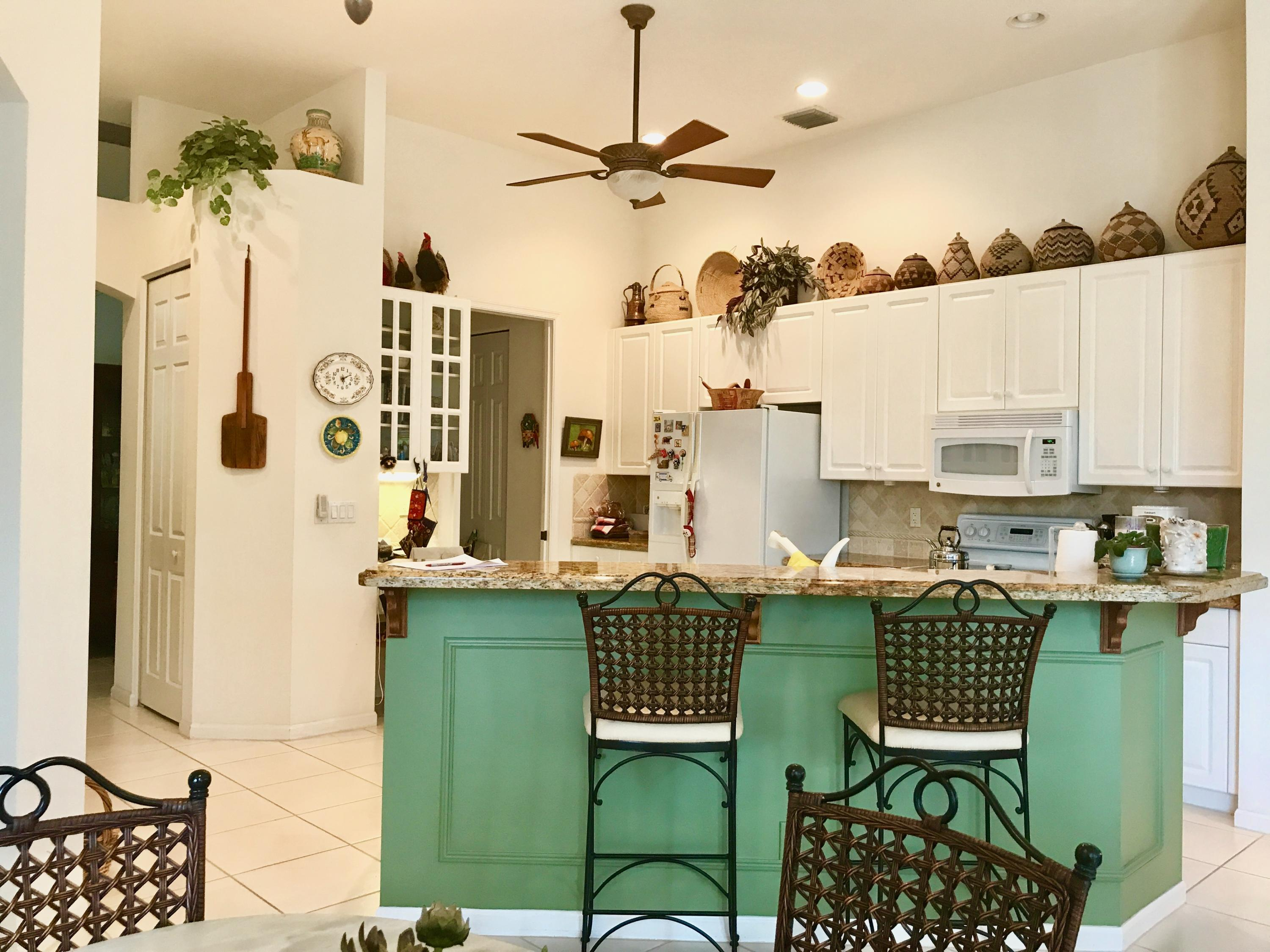 Kitchen with snack bar