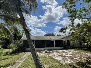 PRICED TO SELL SINGLE FAMILY HOME IN THE WILLOWS AT ROYAL PALM BEACH ONE OF THE MOST SOUGHT FOR NEIGHBORHOODS IN THE COUNTY. THIS HOME HAS A SPLIT BEDROOM CONCEPT AMAZING LAYOUT, LOT IS CLOSE TO HALF AN ACRE.