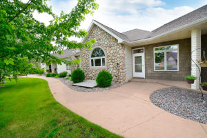 5889 FOUNTAIN VISTA DR, GRAND FORKS, ND 58201