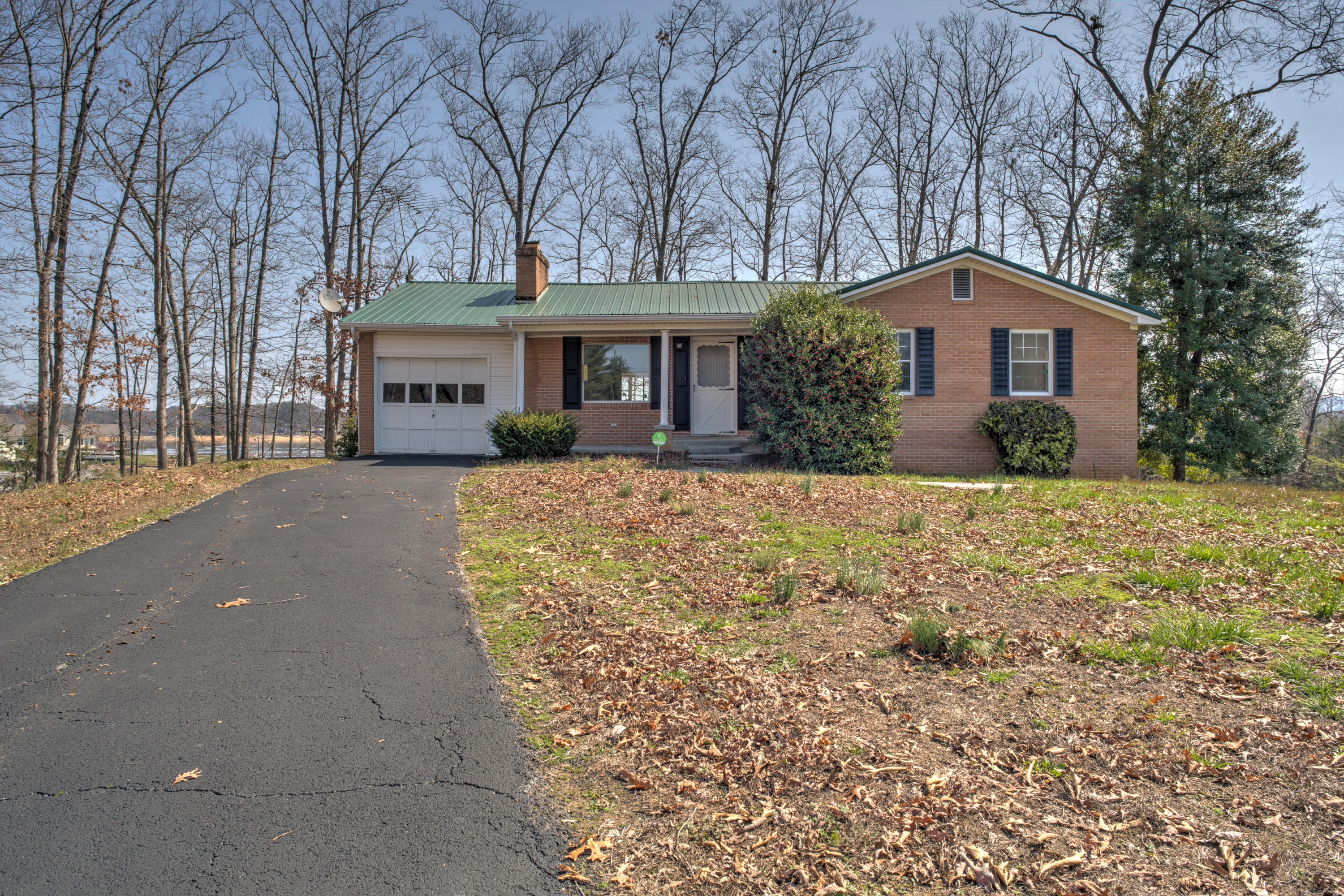 1739 BREEZIE POINT LANE, DANDRIDGE, TN 37725