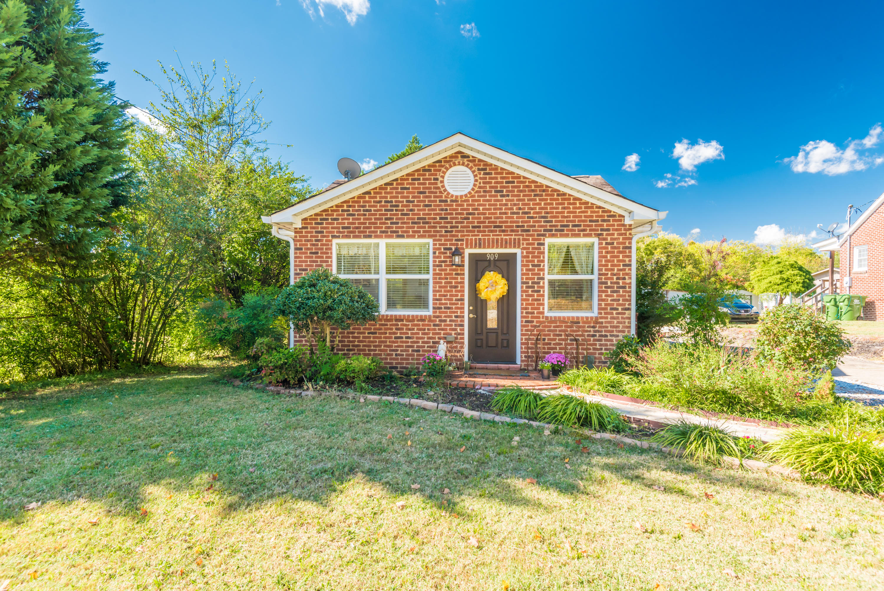 909 Montvale Rd, Maryville, Tennessee 37803, 3 Bedrooms Bedrooms, ,3 BathroomsBathrooms,Single Family,For Sale,Montvale,1098596