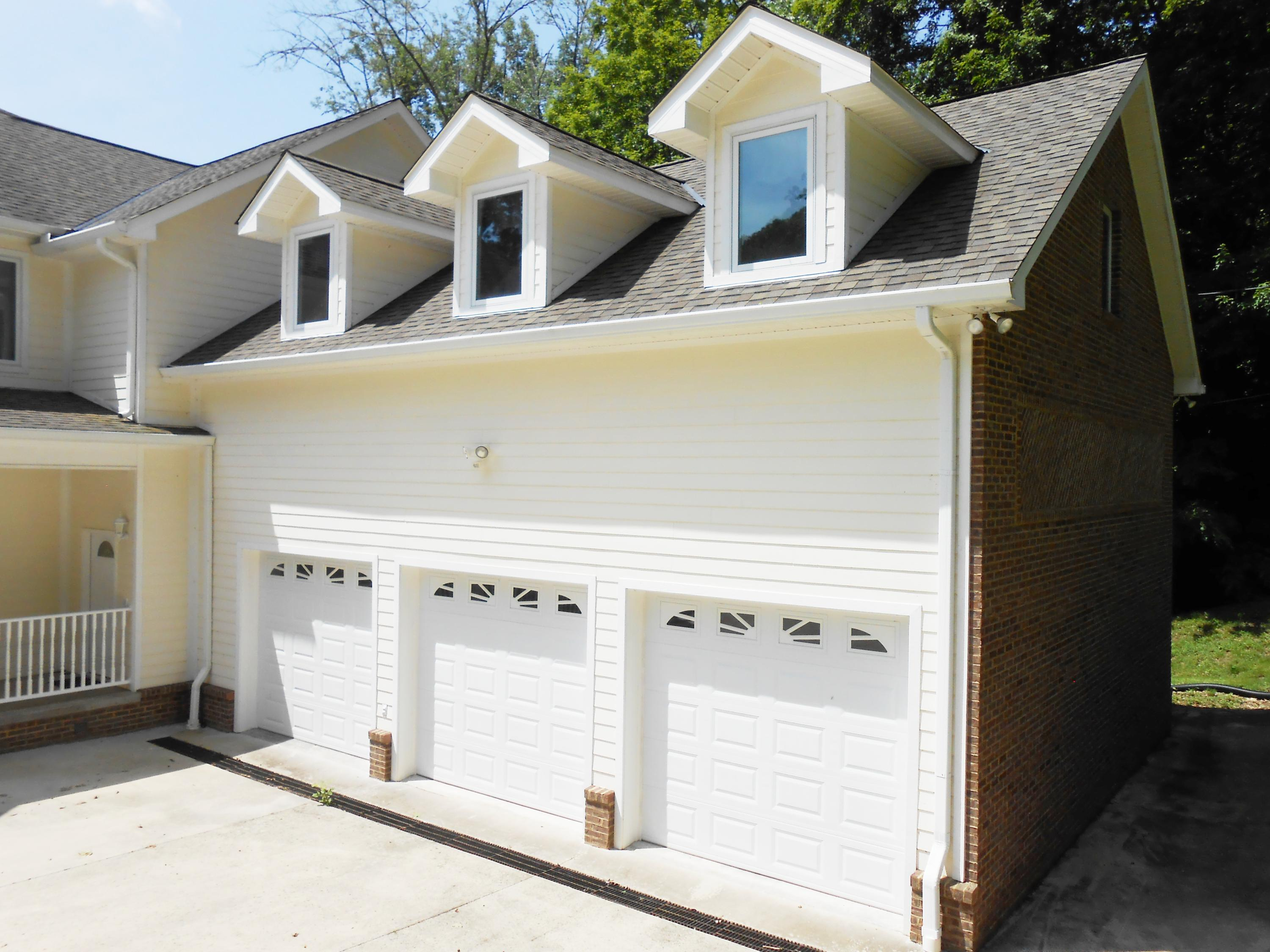 1073 Lakeview Drive: