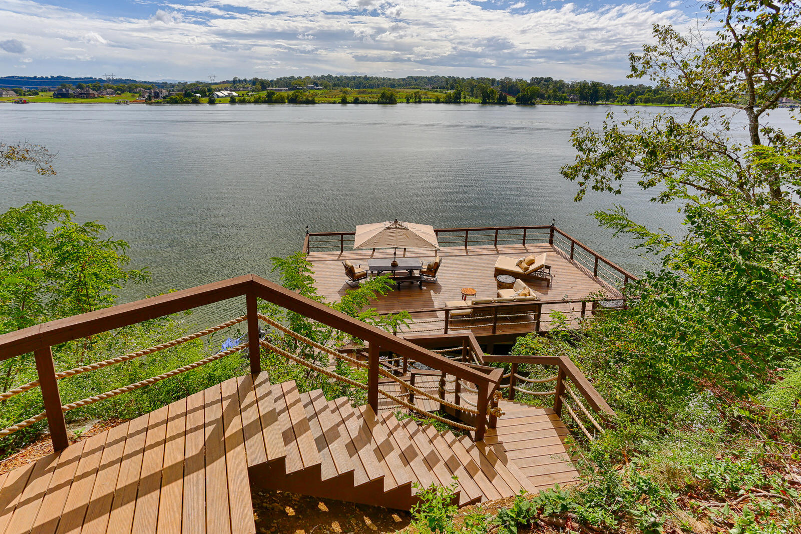 2541 Lakefront Drive: