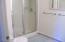 816 NE Alder St, Toledo, OR 97391 - Suite bath